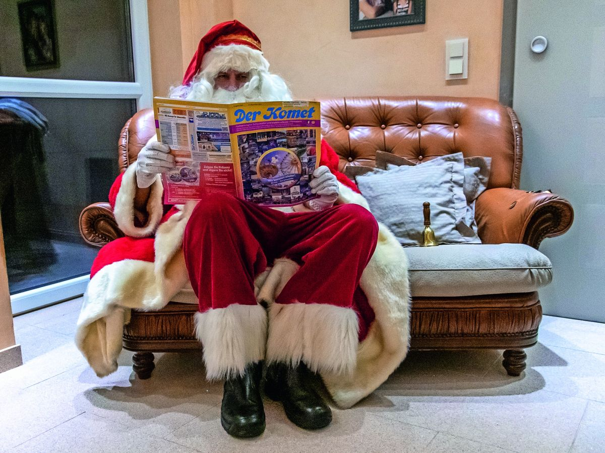 Der Weihnachtsmann liest den Komet.